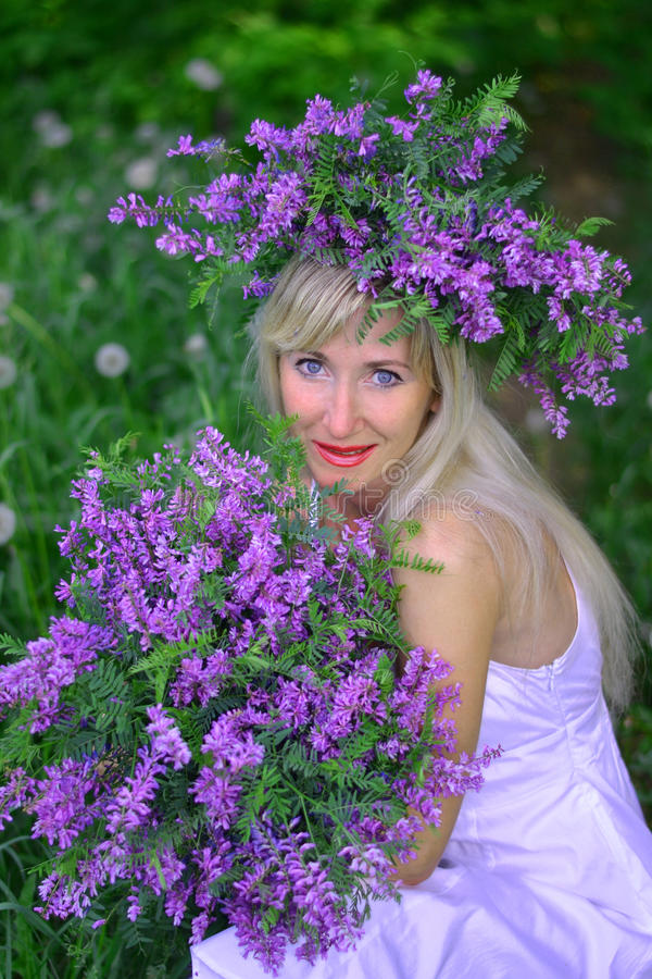 Stående den härliga kvinnan med blommor fotografering för bildbyråer