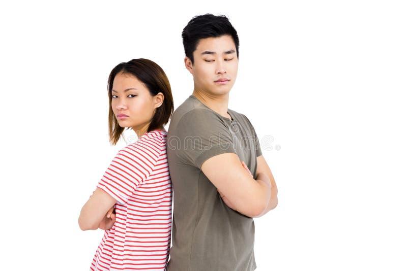 Stående deprimerade par tillbaka att dra tillbaka arkivfoton