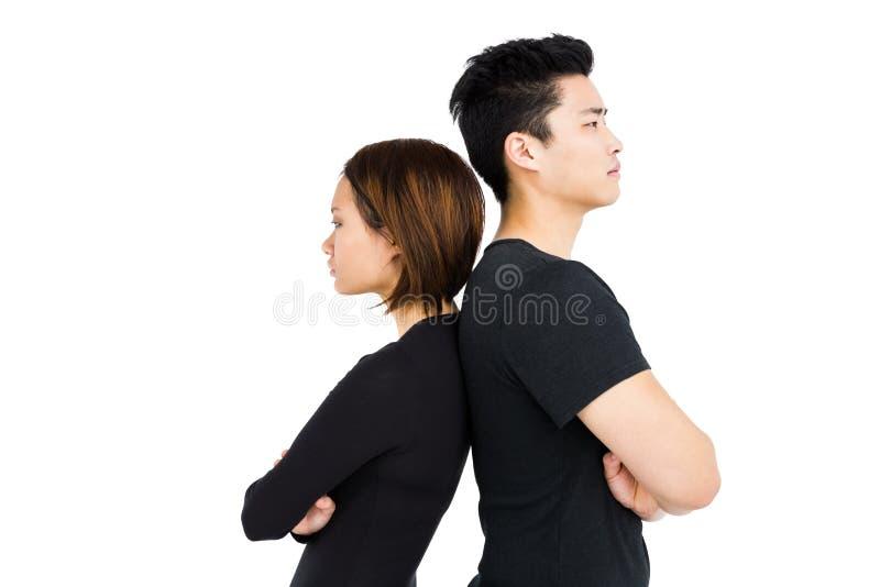 Stående deprimerade par tillbaka att dra tillbaka royaltyfria foton