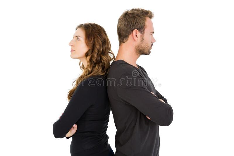 Stående deprimerade par tillbaka att dra tillbaka arkivfoto
