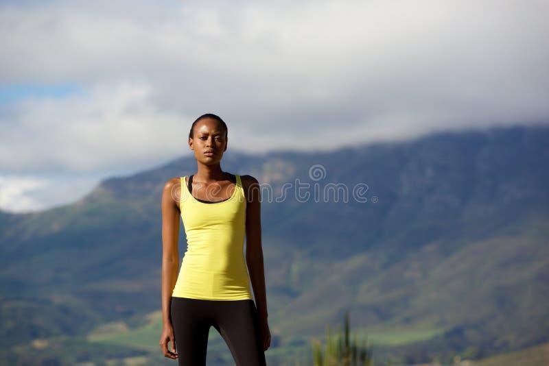 Stående det fria för afrikansk sportkvinna i natur royaltyfria bilder