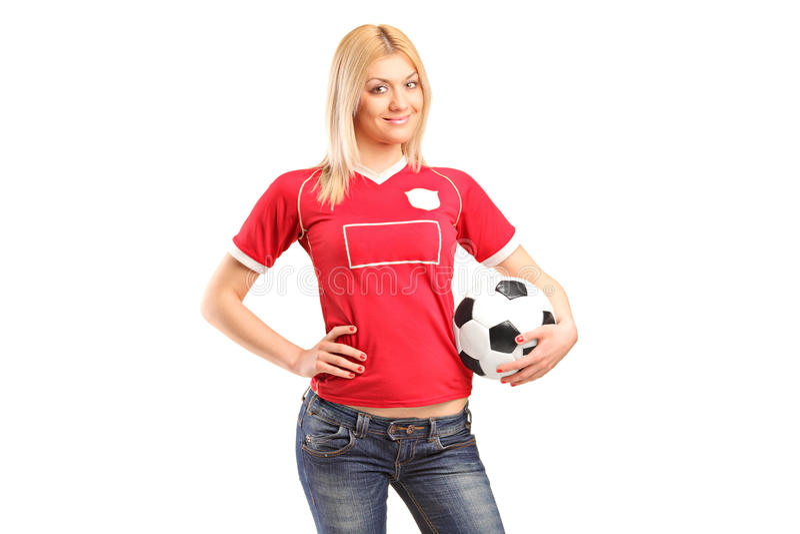 Stående en blond kvinnligventilator som rymmer en fotboll royaltyfri bild