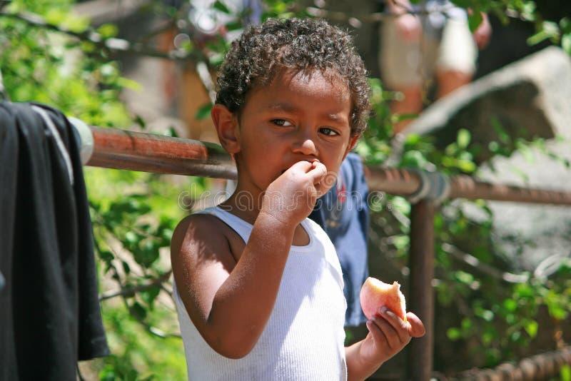 stående för äta för äpplepojke gullig royaltyfri fotografi