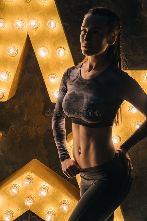 Stående för ABSsportkvinna Toppen stjärnasportkropp Personlig lagledaregenomköraremotivation arkivfoto