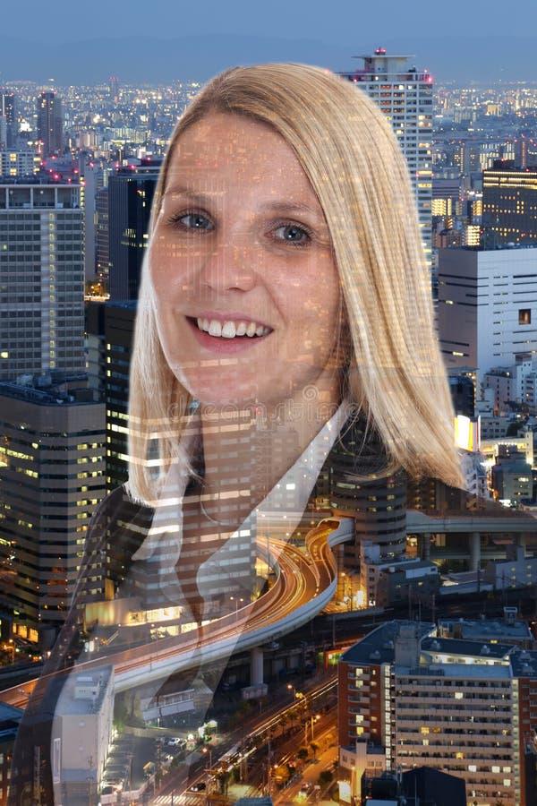 Stående för affärskvinna för affärskvinna som ler lyckad framgång arkivfoto
