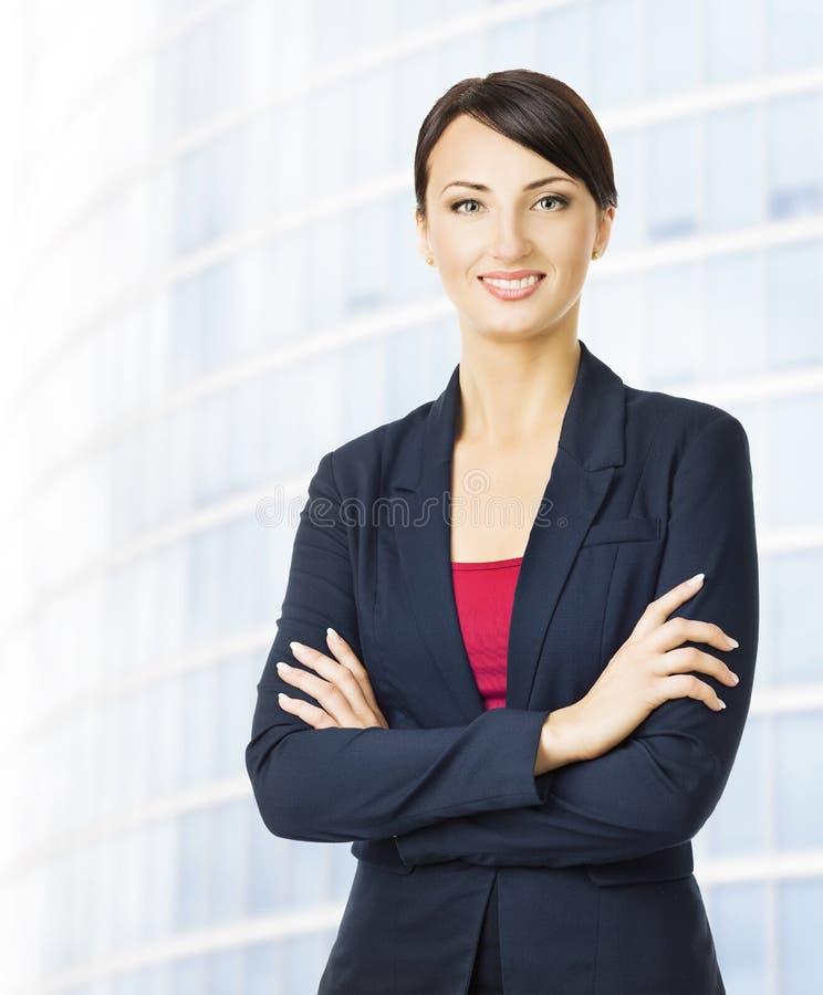 Stående för affärskvinna, kontorsbyggnadbakgrund som ler flickan royaltyfria foton