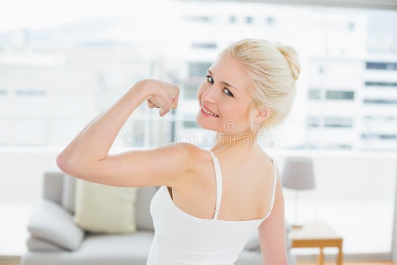 Stående för bakre sikt av passformkvinnan som böjer muskler arkivbilder
