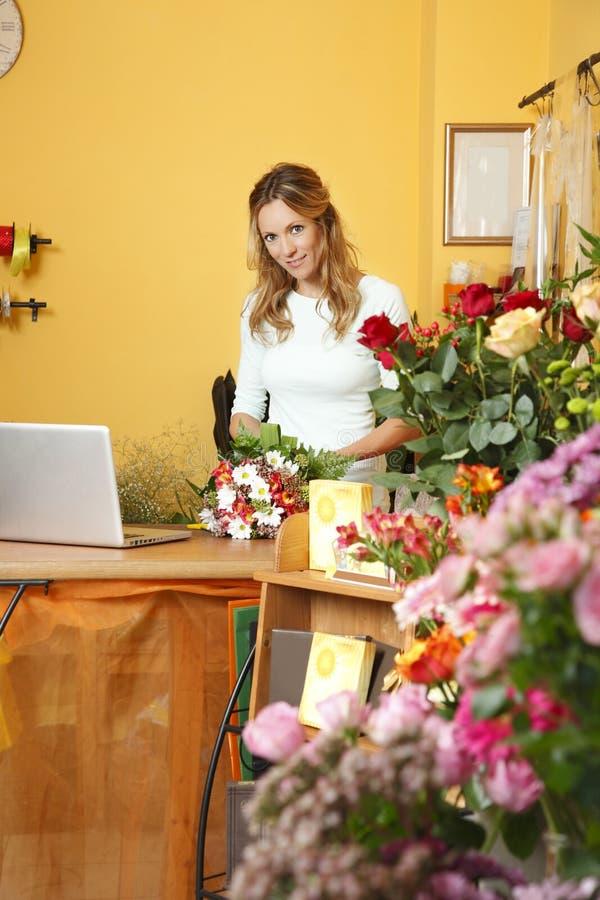 Stående för blomsterhandelägare arkivfoto