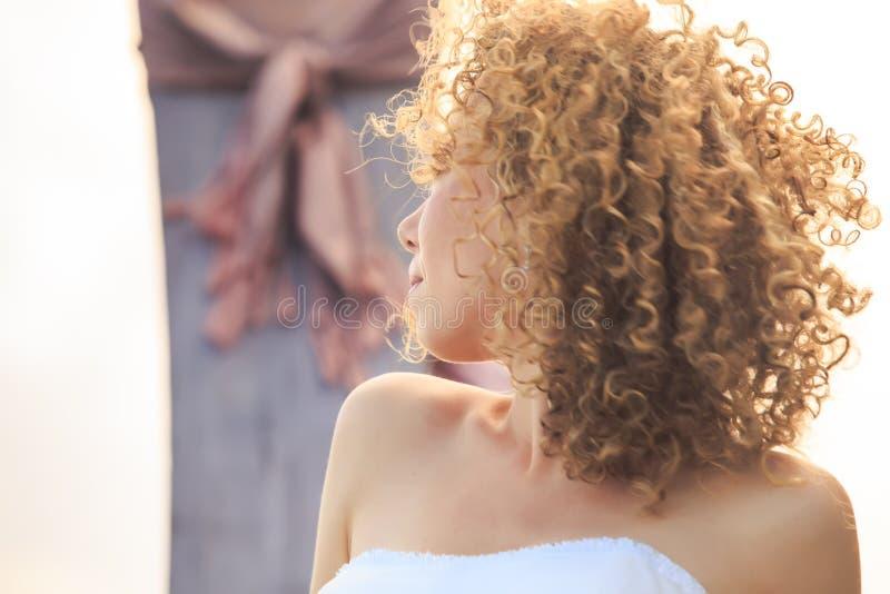 stående för brud för closeupsidosikt blond lockig på longtailfartyget arkivfoton