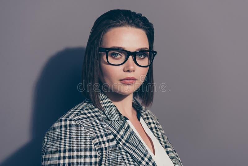 Stående för Closeupfotobild av som säkert fokuserat koncentreras attraktivt henne hennes bärande plädomslag för dam som ser fotografering för bildbyråer
