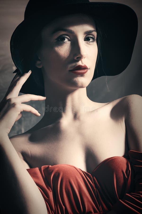 Stående för elegant kvinna med hatten arkivfoton
