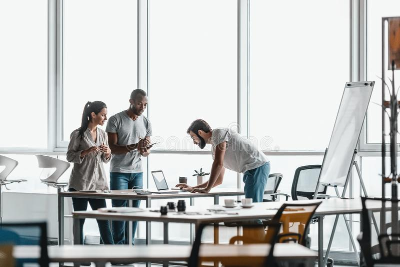 Stående för företags affär av lag för verkliga livetaffär Medarbetare som diskuterar deras idéer arkivfoton