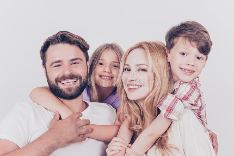 Stående för familjfoto Fyra släktingar kramar på viten b royaltyfria bilder