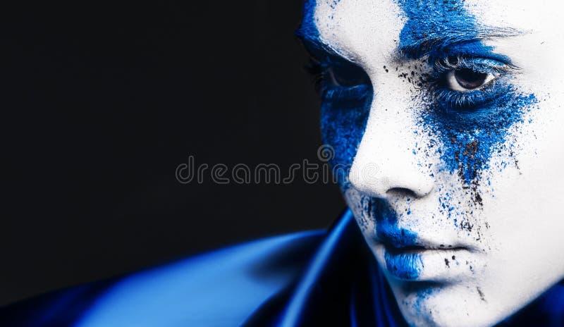 Stående för flicka för modemodell med färgrikt pulversmink kvinnan med ljus blå makeup och vit flår Abstrakt fantasi arkivbilder