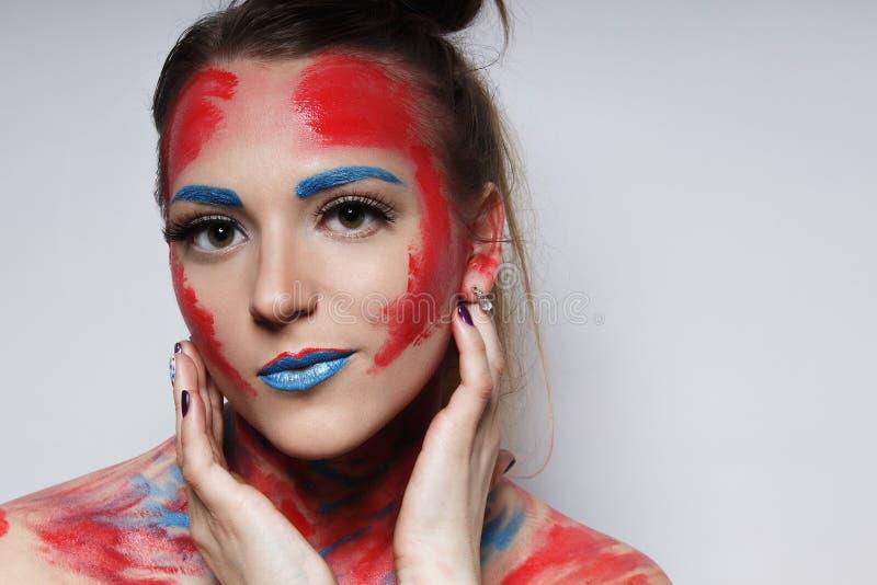 Stående för flicka för modemodell med färgrikt smink royaltyfri fotografi
