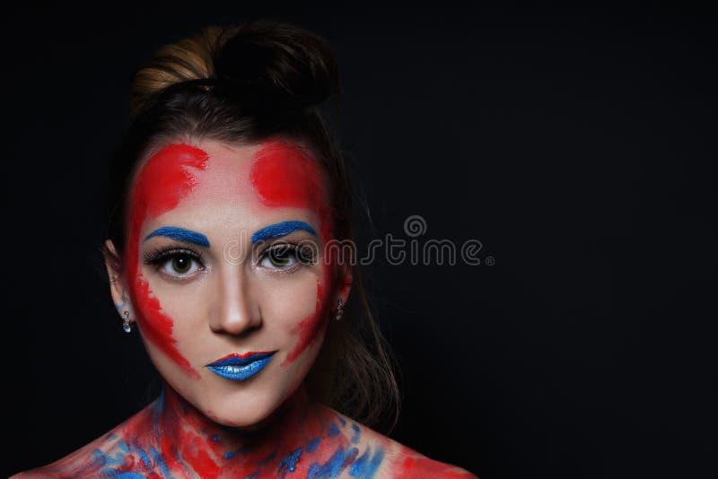 Stående för flicka för modemodell med färgrikt smink royaltyfria foton