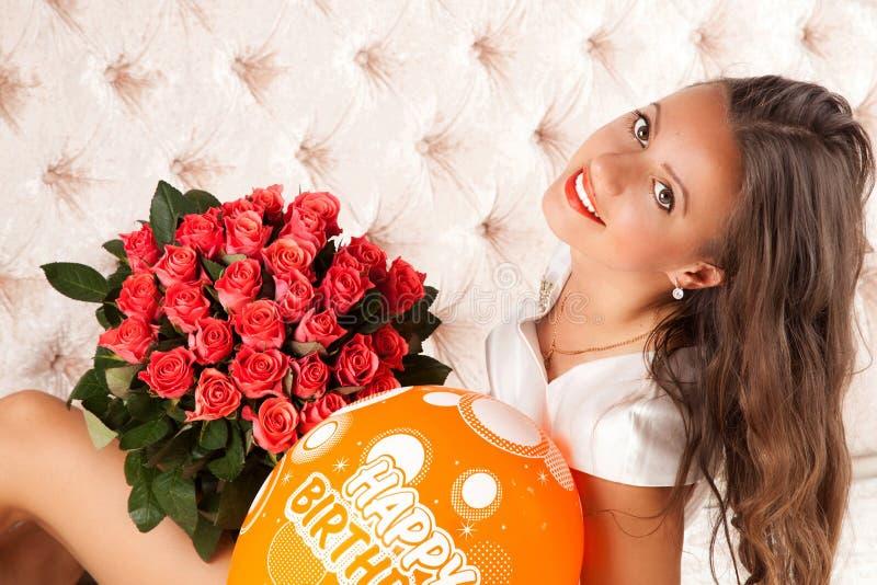 Stående för flicka för skönhetmodemodell med röda rosor royaltyfri foto