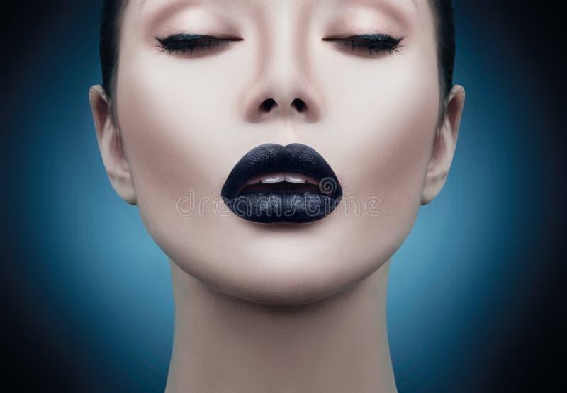 Stående för flicka för modemodell med svart makeup fotografering för bildbyråer