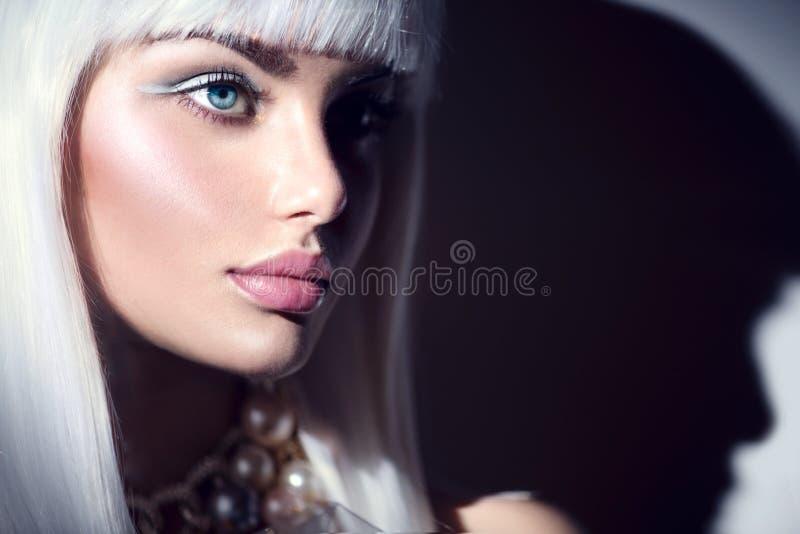 Stående för flicka för modemodell Skönhetkvinna med makeup för vitt hår och vinter fotografering för bildbyråer