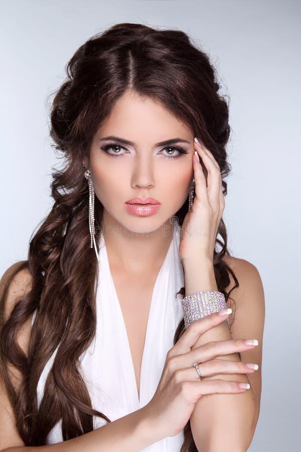 Stående för glamourmodekvinna av den härliga brunetten med långt H royaltyfria foton