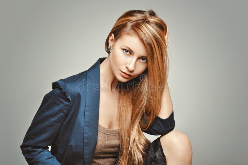 Stående för glamourmodekvinna Glamorös modell med storartat hår royaltyfria bilder
