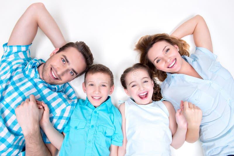 Stående för hög vinkel av den caucasian lyckliga le unga familjen royaltyfria bilder