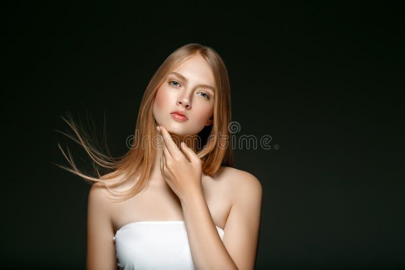 Stående för hud för ung flickaframsidaskönhet med långt blont hår med arkivbild