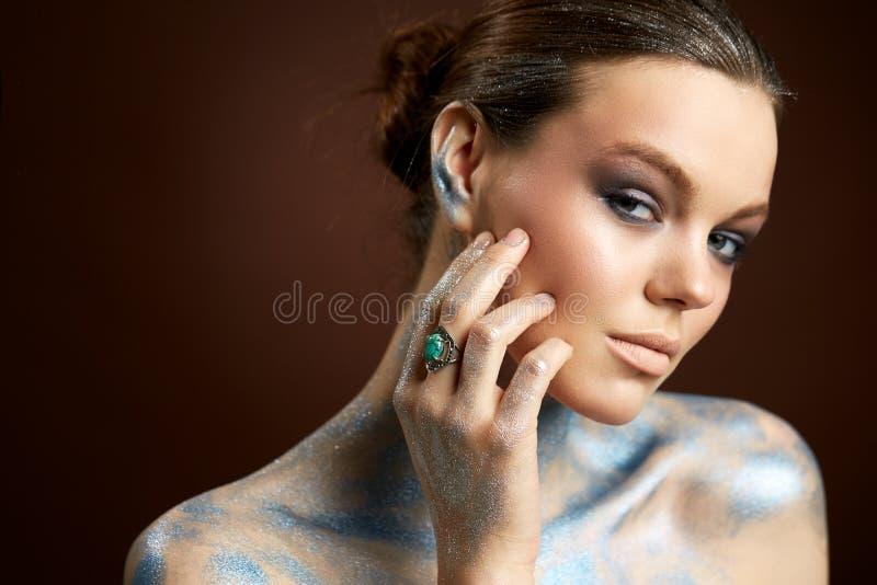 Stående för konst för skönhetkvinnaframsida idérik royaltyfri bild