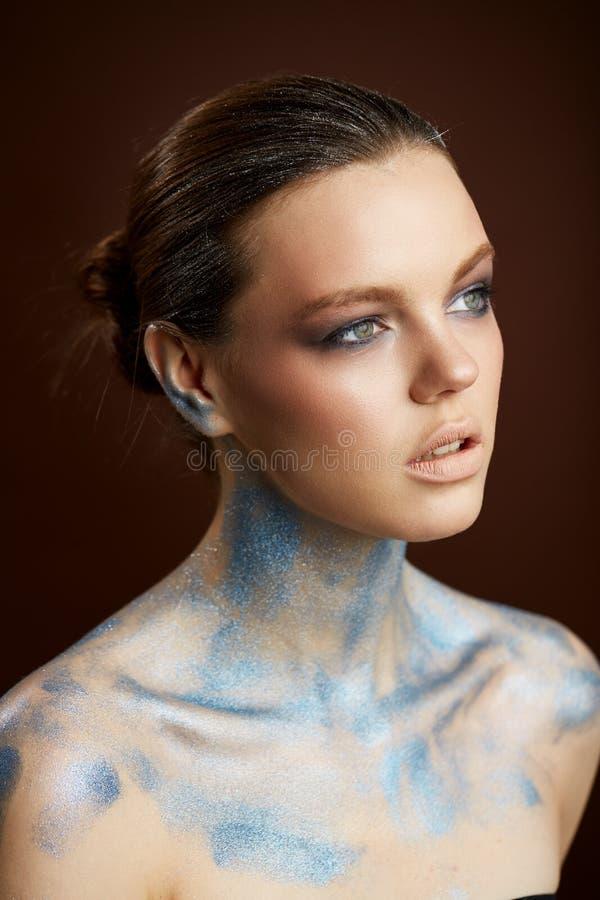 Stående för konst för skönhetkvinnaframsida idérik royaltyfri fotografi