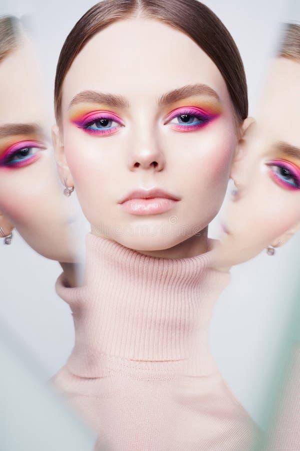 Stående för konstmodestudio av den härliga rödhårig mankvinnan med modern makeup arkivbild