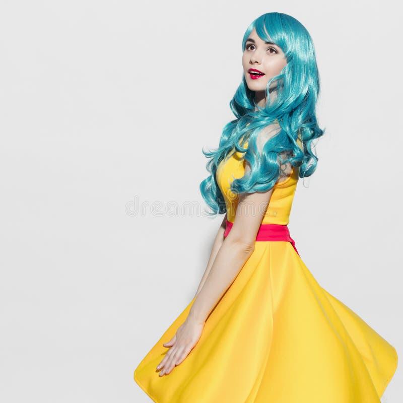 Stående för kvinna för popkonst som bär den blåa lockiga peruken arkivfoton