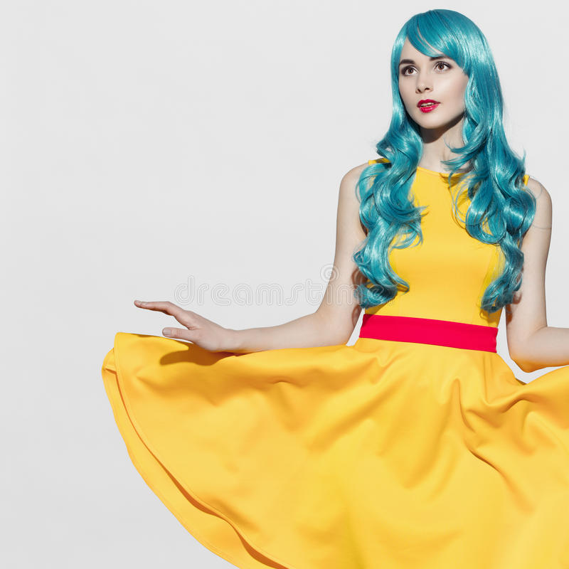 Stående för kvinna för popkonst som bär den blåa lockiga peruken fotografering för bildbyråer