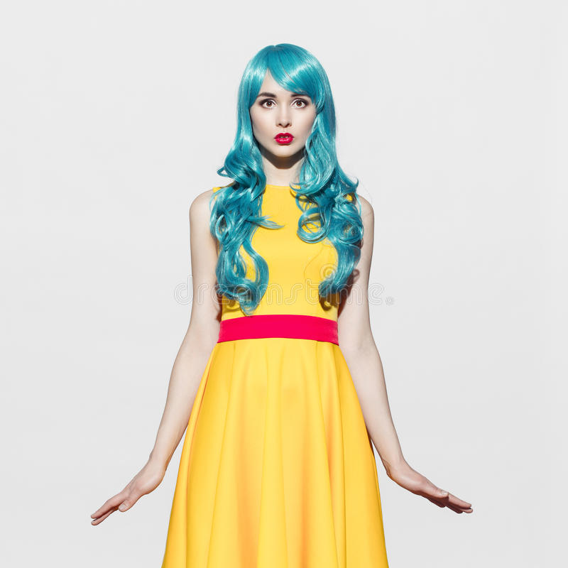 Stående för kvinna för popkonst som bär den blåa lockiga peruken arkivbild