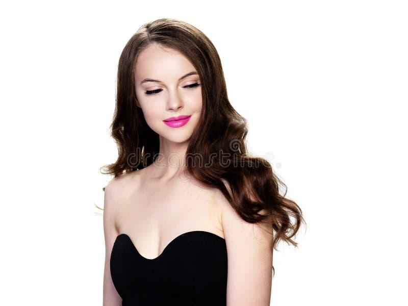 Stående för kvinna för svart hår som härlig isoleras på vit arkivbild