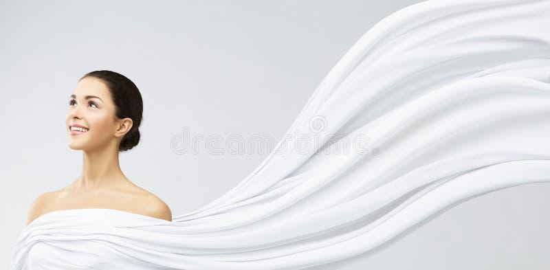 Stående för kvinnaframsidaskönhet, ung lycklig flicka, vinkande tyg för vit arkivbilder