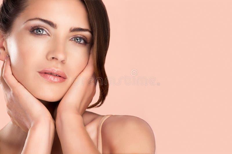 Stående för kvinnaskönhetmodell som poserar för makeup royaltyfria foton