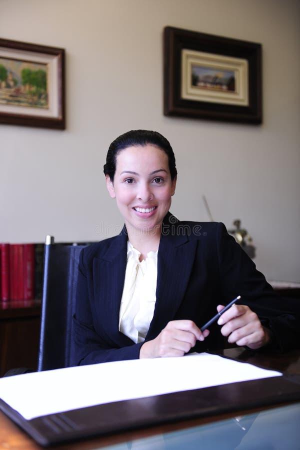 stående för kvinnligadvokatkontor arkivfoto