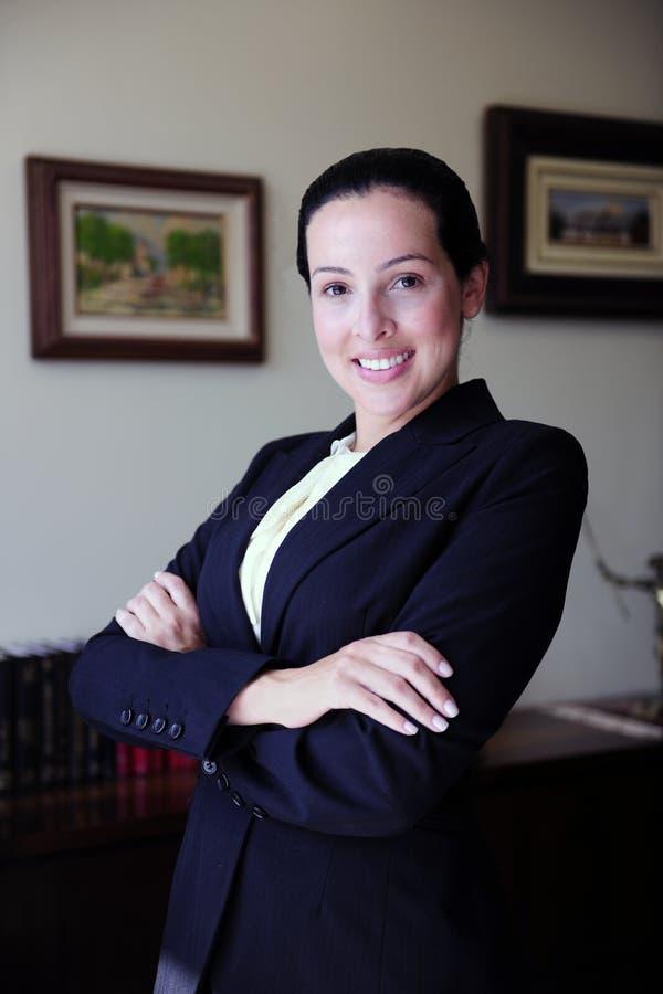 stående för kvinnligadvokatkontor fotografering för bildbyråer