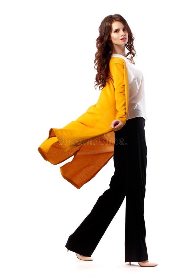 Stående för längd för flicka för modemodell full på vit bakgrund Stilfull brunettkvinna för skönhet som in poserar royaltyfri bild