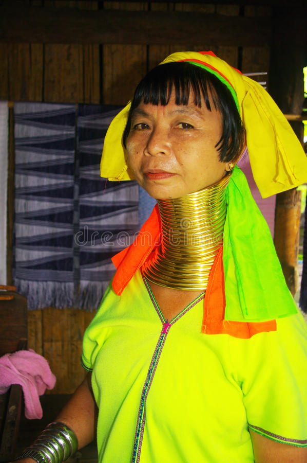 stående för lahw för etnisk kvinnliggiraff kayan royaltyfria foton