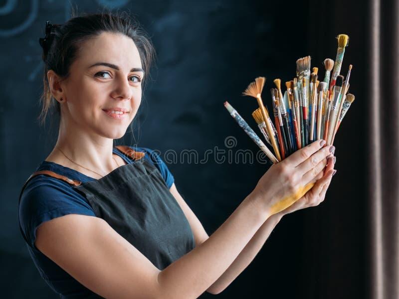 Stående för målare för kvinna för hjälpmedelkonsttalang härlig royaltyfri foto