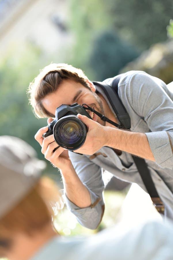 Stående för manfotografdanande av hans modell royaltyfria foton