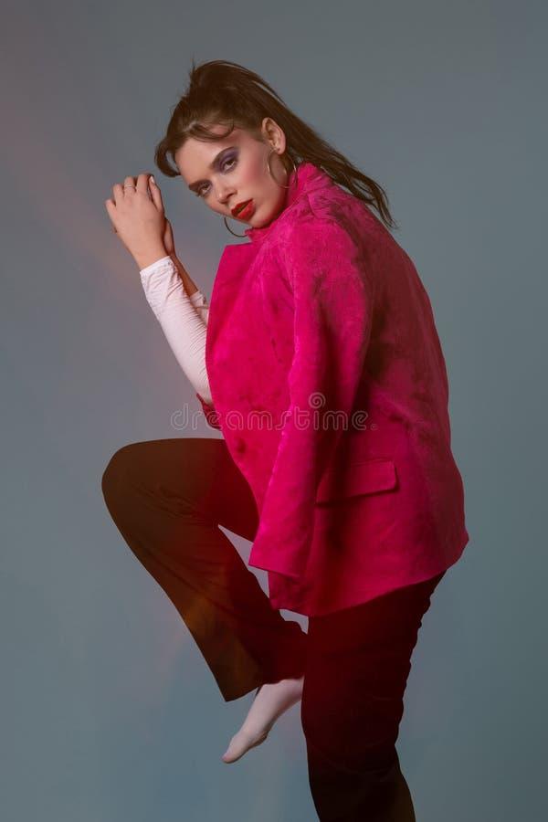 Stående för modekonststudio av den unga kvinnan fotografering för bildbyråer