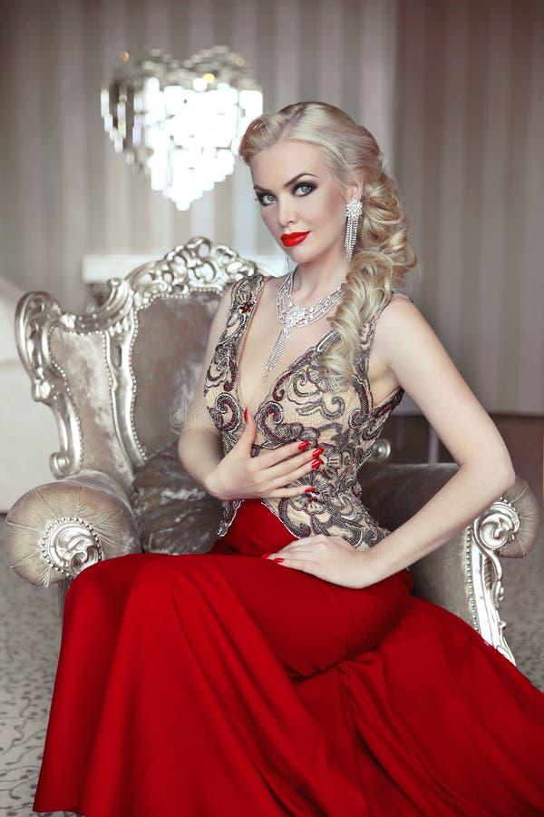 Stående för modemodell av den härliga sinnliga blonda kvinnan med mak arkivbild