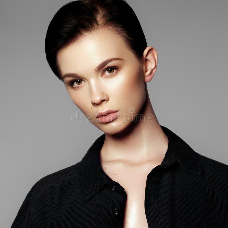 stående för modemodell Härlig ung kvinna på grå bakgrund model naturligt för makeup Dana sminket arkivfoton