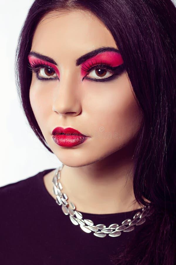 stående för modemodell Scharlakansröd makeup Svarta pilar royaltyfri foto
