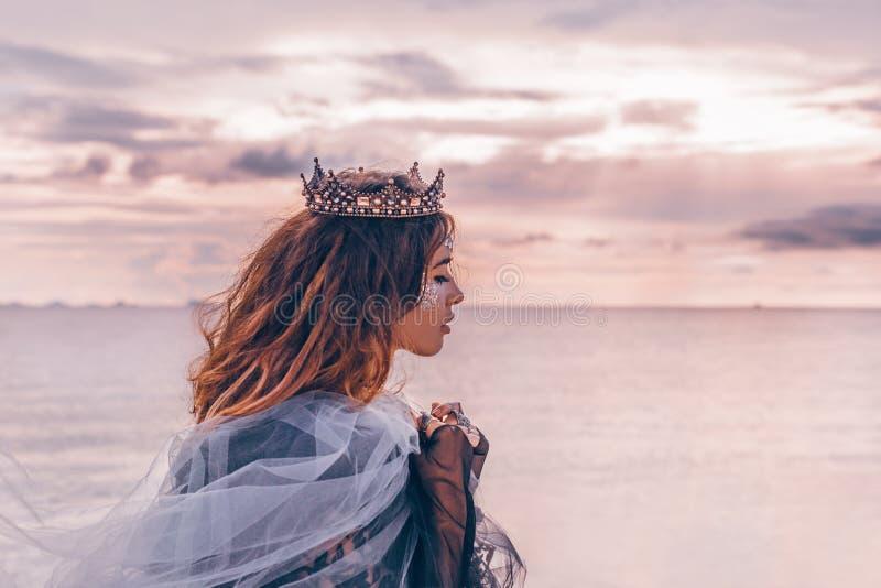 stående för modemodell ung nätt kvinna med krona utomhus a arkivbild