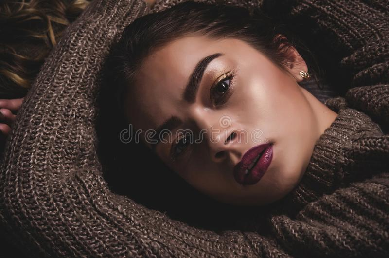 Stående för modeskönhettrend av den härliga brunettflickan med långt och skinande lockigt hår Sexigt behandla som ett barn den vä arkivfoto