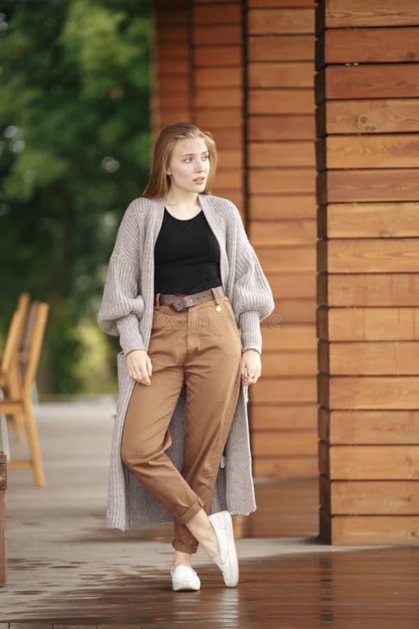 Stående för närbildmodekvinna av den unga nätta moderiktiga flickan som poserar på staden i Europa, sommargatamode som rymmer arkivfoton