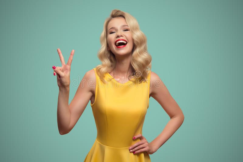 Stående för popkonst av att le den härliga kvinnan mot blå backgro arkivbilder
